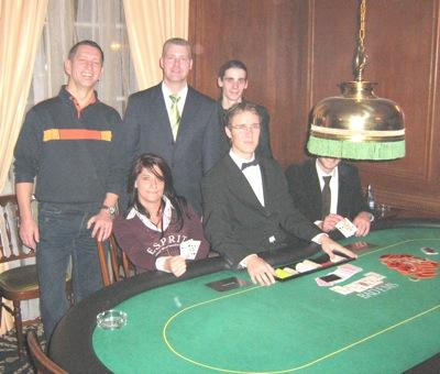 Bild (v.l.n.r.) Oliver Schmidt (4.), Floorman Oliver Gutermilch, Andreas<br />Helbig (3.), sitzend Turniersiegerin Carmen Ruckes, Dealer Daniel Klein,<br />Timo Krusche (2.)