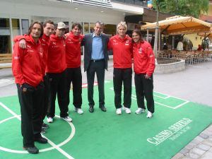 Die tschechische Fussball Nationalmannschaft absolvierte<br />noch einige schnelle Trainingseinheiten mit Casino Seefeld<br />Direktor Ernst Hubmann am grünen Tirol 08 Spielfeld vor<br />dem Casino Seefeld.