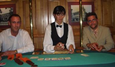 Die strahlenden Sieger Michael Thomm und David Diehlmann mit einer<br>Wiesbadener Poker-Dealerin.