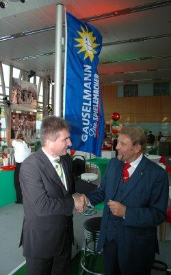 Prof. Dr. Andreas Pinkwart, stellv.<br>Ministerpräsident und Minister für Innovation,<br>Wissenschaft, Forschung und Technologie,<br>sagt Paul Gauselmann per Handschlag zu die<br>IMA 2007 als Festredner zu eröffnen.