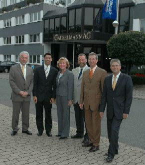 V.l.n.r. Klaus-Joachim Riechmann (Sektionssprecher<br>des Wirtschaftsrates der CDU e.V., Sektion Minden-<br>Lübbecke), Dr. Philipp Rösler (Präsidiumsmitglied der<br>FDP und Vorsitzender der FDP-Landtagsfraktion<br>Niedersachsen), Frau Helke Nolte-Ernsting (Stellv.<br>Bürgermeisterin der Stadt Bad Oeynhausen), Heinrich<br>Vieker (Bürgermeister der Stadt Espelkamp), Ekkehardt<br>Stauss (Bürgermeister der Gemeinde Stemwede),<br>Axel Breitschuh (Vorstandsmitglied Wirtschaftsrat<br>der CDU)