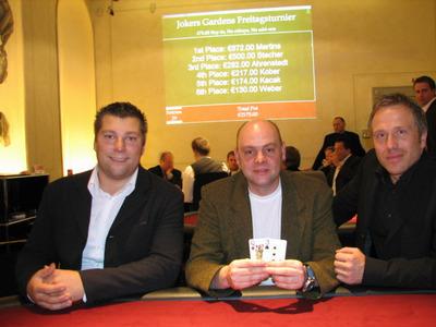 Poker-Live in der Spielbank Potsdam. Die drei Erstplazierten mit dem<br>Gewinner in der Mitte. (Foto BSB)