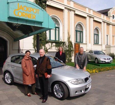 Sandra Berns und Werner Ring von der Spielbank Bad Neuenahr (rechts) und der<br>glückliche Gewinner mit seiner Frau.