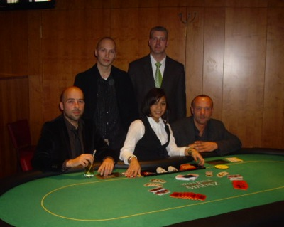 V.l.n.r. Turniersieger Peiam Arad, Oliver Ladner (3.), Dealerin Jasmin Rölz,<br />Floorman Oliver Gutermilch, Clemens Sobek (2.)