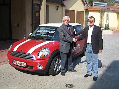 Der glückliche Gewinner, Franz Schedel, nimmt den Mini Cooper in Empfang