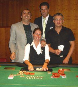 Zvonko Marunica (1.), Floorman Raymond<br />Krug, Bernd Deninger (2.) und Dealerin Nicole Otter