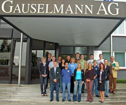 Paul Gauselmann (re.) und Armin Gauselmann (li, oben) im Gespräch mit<br>Auszubildenden des 1. Lehrjahres (re. vorne) Carmen Lohmeier,<br>Personalreferentin für Aus- und Weiterbildung der Gauselmann AG.
