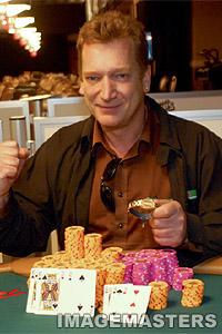Dr. Michael Keiner <br>mit seinem goldenen Armband