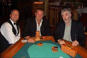 In der Mitte Turniersieger Gerd Wandel <br>neben dem zweitplatzierten Mikey Finn.