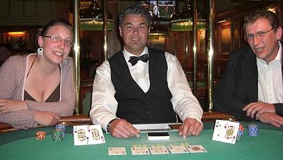 Sandy-Su Sickmann (1), Jörg Schreiner (Dealer) und Thomas Jacob (2)