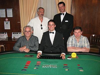 V.l.n.r. Gernot Quirmbach (1.), Frank Eberling (2.), Dealer Julian Engelhard, <br />Floorman Karl Friedrich Mohr, Alexander Knestjapin (4.)