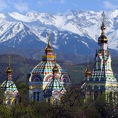 Hinter den Bergen liegt ein Stück Kirgisien <br>und dann schon China - <br>Russisch-orthodoxe Kirche<br> in Almaty vor der Kulisse des Tian Shan<br> (Foto gim/.rufo)