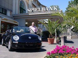 Der glückliche Gewinner nimmt den <br>Auto-Jackpot-Gewinn in Empfang.