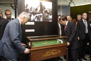 Bundesinnenminister Otto Schily auf Torjagd an<br>einem historischen Exponat.