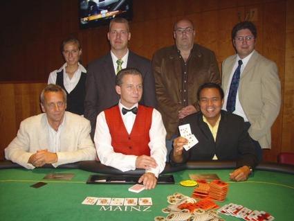 Glücksfee Katharina Ollig, Floorman Oliver Gutermilch, Gerhard Fischer (3.),<br>Marc Rindert (4.), Hermann Lodes (2.), Dealer Zeno Hofer, Windy Ramel (1.)<br>(von links oben nach rechts unten)
