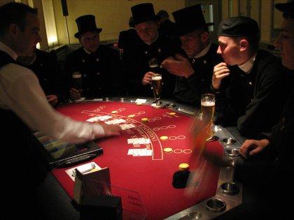 ´Glücksbringer´ in der Spielbank Potsdam bei einer BlackJack-Spielerklärung.<br>(© Brandenburgische Spielbanken)