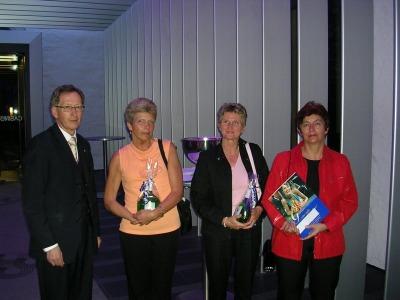 Saalchef Manfred Weber mit 3 Gewinnerinnen