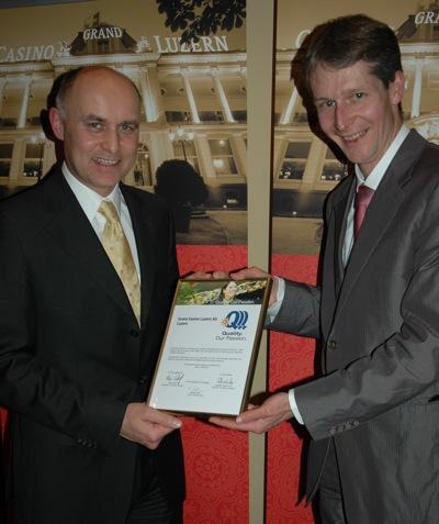 V.l.n.r. Wolfgang Bliem, CEO Grand Casino Luzern erhält von Marcel Perren,<br>Tourismusdirektor von Luzern, die Auszeichnung Qualitäts-Gütesiegel III.