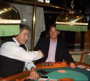 Poker-Dealer Dennis Lehmann<br> gratuliert dem Gewinner Dirk Krentorz