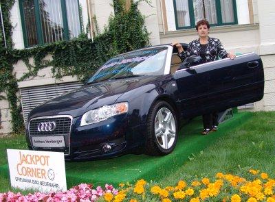 Die  glückliche Gewinnerin holt ihren Auto-Jackpot-Gewinn ab.
