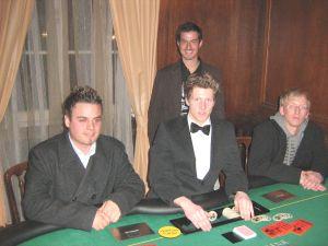 V.l.n.r. Thomas Müller (1.),  Dealer T. Grein,  Martin Braun<br />(stehend, 3.) Daniel Friese (2.)