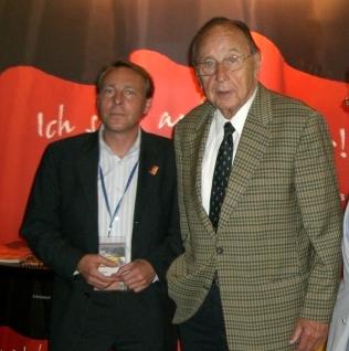 Hans-Dietrich Genscher, Bundesaußenminister a.D. (r.)<br>und Markus Maul, Präsident des VEWU.