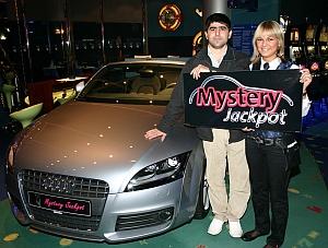 Braust bald im neuen Audi Cabriolet TT durch Vlotho<br />Ibrahim Erkek hier mit Sahra Bökemeier