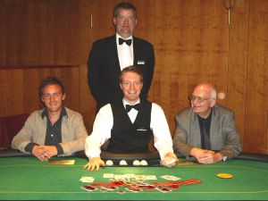 Artur Wirt (2.), Dealer Christian Zorn, Jürgen Meysel (1.)<br />und Floorman Mitchell Ward