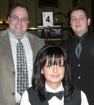 Ralf Laible (li), Jennifer Thies (Dealerin) und Patrick Busch