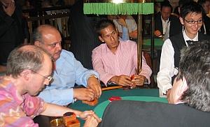 Langer Kampf am Final-Table (v.l.n.r.)<br>Herr Scholz (1.), Herr Goman (3.), Herr Shestha (2.)<br>sowie eine gutgelaunte Dealerin