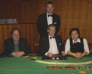 Zweitplazierter Herr Peter Guckes, Sieger Herr Duc-Doy<br />Vu, Floorman Herr Ward, Dealer Herr Hofer