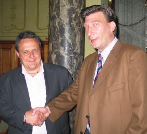 Der Turniersieger Herr Rink (li.) gratuliert <br>dem Zweitplatzierten, Herrn Galitz.