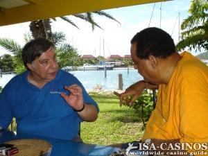 Chefredakteur Reinhold Schmitt mit dem <br>ehemaligen Premier Minister Lester Bird in Antigua