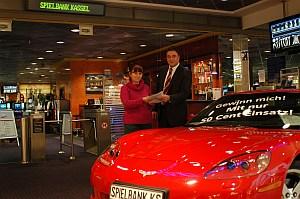 Peter Scheider, Prokurist der Spielbank Kassel,<br> überreicht Monika H. die neue Corvette C6.
