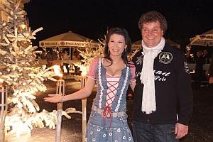 Antonia aus Tirol und Spielbank-Chef</br> Michael Seegert  auf der verschneiten Außenterrasse.