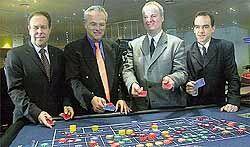 v.l.n.r. Karl Thöne (Novomatic AG),<br>Dr. Peter-Claus Burens (Geschäftsführer<br>Deutsche Sporthilfe), Ralph Gnath<br>(Geschäftsführer der Kurhessischen<br>Spielbank) und Spielbank-Prokurist<br>Gerhard Wilhelm