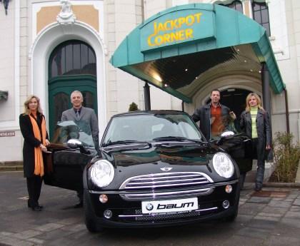 Sandra Berns und Werner Ring von der Spielbank Bad Neuenahr (links)<br> wünschen der glücklichen Gewinnerin und ihrem Mann eine gute Fahrt.