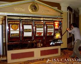 Große Slotmaschine im<br> Caesars Palace in Las Vegas