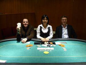 V.l.n.r. Turniersieger Sharon Ingber, Dealerin Eda Zar,<br />Peter Marshall (2.)