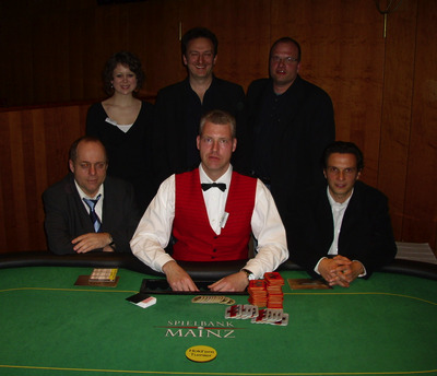 Harald Ebert (4.), Glücksfee Silke Lücke, Gaznen Bobaj (2.), Turniersieger<br />Markus Holz, Tino Gentile (3.) und Dealer Oliver Gutermilch