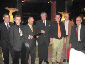 Vier Gewinner des Pokerturniers und die Turnierleitung