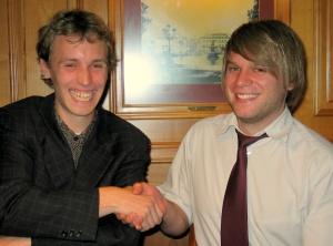 Der strahlende Sieger Herr Tonack (1.) <br>gratuliert dem ebenso strahlenden<br> Sieger Herrn Kalsow (2.)
