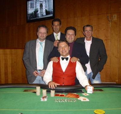 V.l.n.r. Andreas Laus (3.), Floorman Raimond Krug, Guiseppe Bruno (1.),<br />Stefan Szczygiel (2.) und Dealer Alen Jurisic