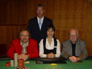 V.l.n.r. Turniersieger Alfred Neu, Floorman Oliver<br />Gutermilch, Dealerin Eda Zar, Jürgen Meysel (2.)