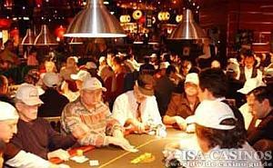 Pokertisch mit Spielern in Las Vegas