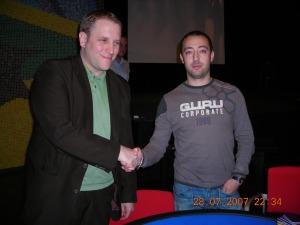 Daniel Matissek, der Zweitplatzierte, <br>gratuliert dem Sieger.