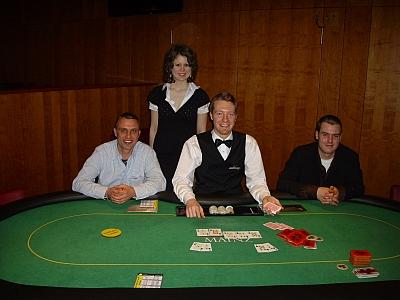 (v.l.n.r.) Heiko Stein (2.), Glücksfee Silke Lüke, Dealer Christian Zorn, <br>Turniersieger Michel Backes