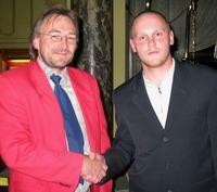 Der Sieger mit der glücklichen Hand.<br>Alfred Neu (l.) gratuliert dem<br>zweitplazierten Markus Golenia