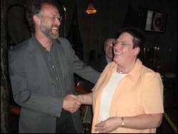 Dienstag<br>Herr Beuthe (2. Platz) <br>gratuliert der Siegerin, Frau Disam.