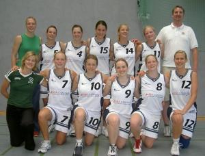 Nach unserem Sieg gegen den SC Alstertal /<br>Langenhorn<br>Obere Reihe v.l.n.r. Bianca, Maraike, Anna, Hanna,<br>Marei, Tina, Derek. Untere Reihe v.l.n.r. Friedericke,<br>Ulli, Silja, Nina, Svenja, Julchen. Nicht auf dem Foto<br>sind Jana und Heidi